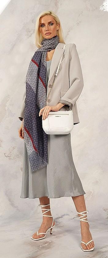 Изображение женщины с сумкой