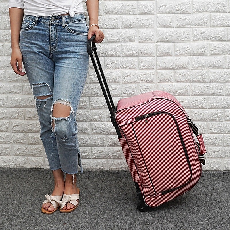 Изображение девушки с дорожной сумкой